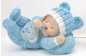 Baby liggende blå