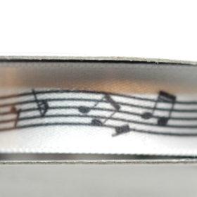Bånd 13mm 10m – Sorte noter på hvit